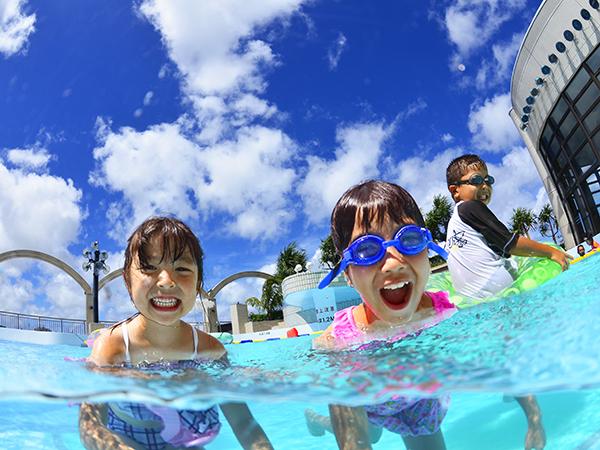 那覇のホテルで珍しく、夏休み期間は9時~21時まで屋外プールを楽しめる