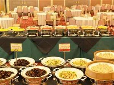 朝食ビュッフェは和洋食から郷土料理など約100種類とメニューが豊富