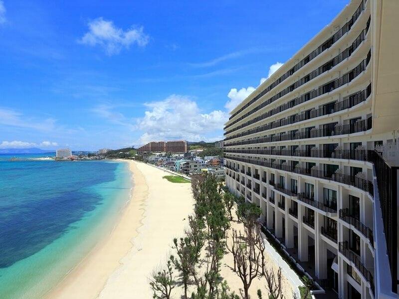 オンザビーチで欧風インテリアが魅力。プールは沖縄でトップクラスの充実度