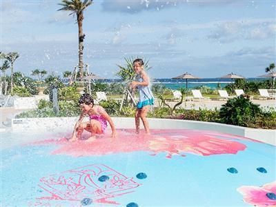 子どもと一緒に楽しめる多種多様な屋外プール