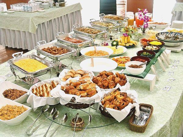 朝食はブッフェ形式、地元の食材を活かしたメニューが味わえる