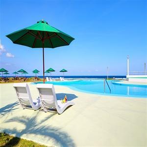 プールサイドでは、海を眺めながらのんびりとくつろいで