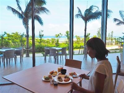 全面ガラス張りのレストランで伊江島やを眺めながらおいしい朝食を