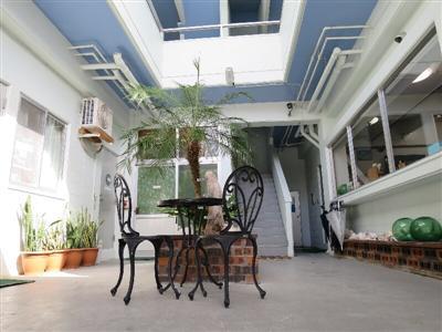 開放感あるペンション中庭は、フリースペースとなっている