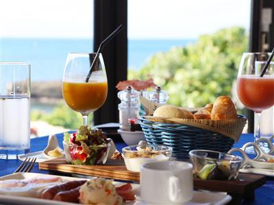 朝日と海風を感じながら朝食を