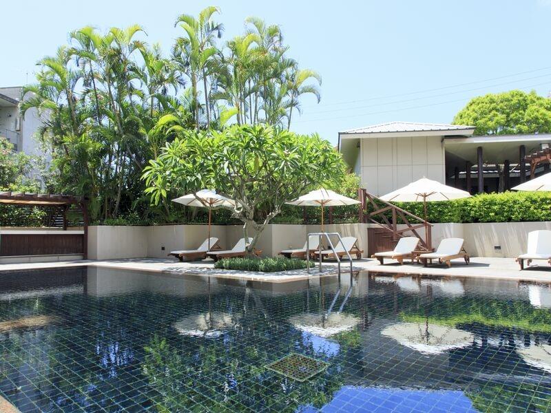 開放感あふれる中庭の屋外プールは宿泊者なら無料で利用可能