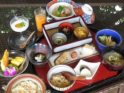 沖縄の食材をふんだんに使った和琉折衷の朝食御膳