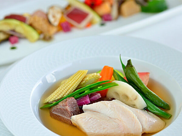 食事は沖縄県産の食材にこだわった<br />ヘルシーなキュイジーヌ
