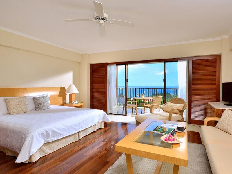 海側の客室はバスルームからも海を望める開放的な造り