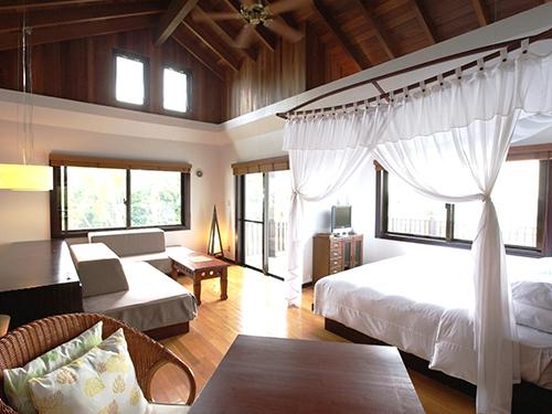 部屋の天井は高く広さは全室55平米。ベッドは天蓋付のシモンズ製
