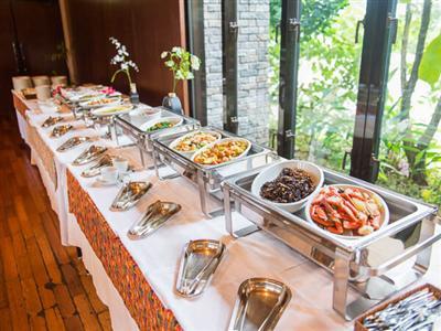 和・洋・琉の料理が並ぶ朝食バイキング