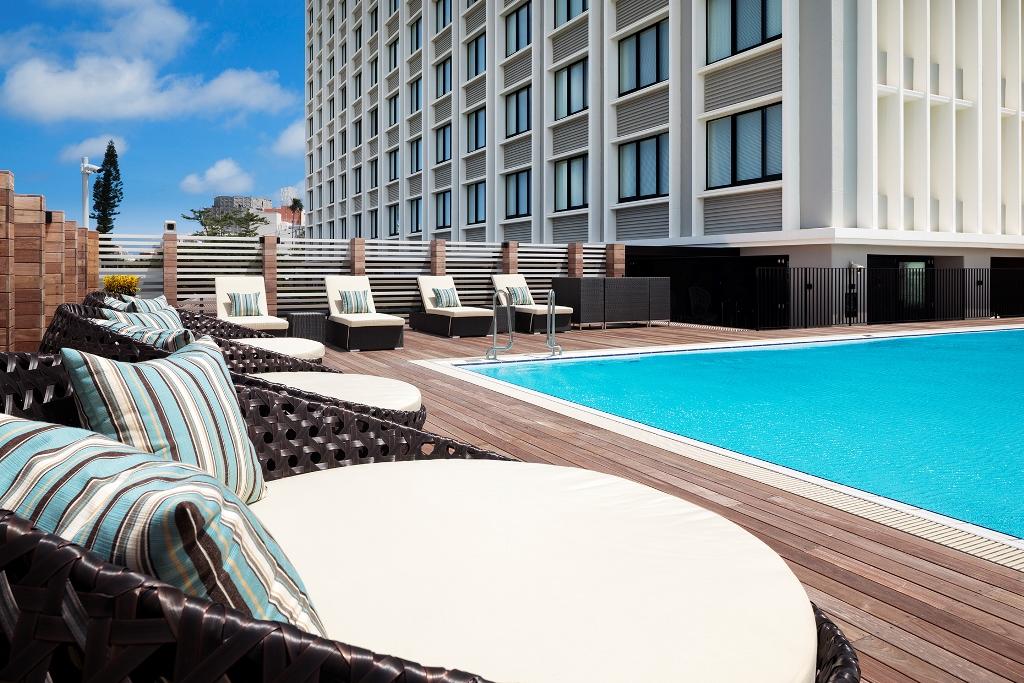 国際通り周辺のホテルで珍しい、リゾート感を味わえる屋外プールを完備