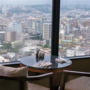 高層階からは那覇市街地を一望できる