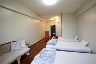 冷暖房エアコン完備で、ベッド3台が設置された客室スペース