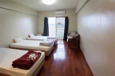 お部屋にはテレビも設置され、携帯電話もつながります。