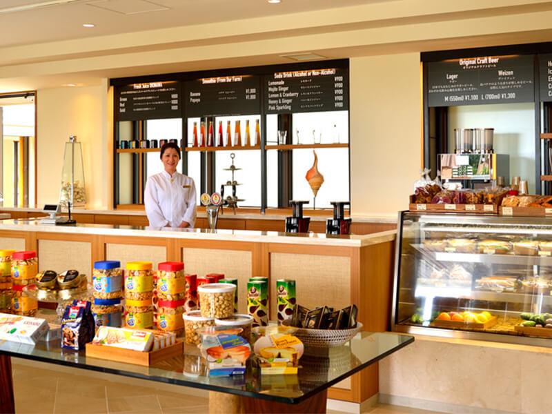 ショップに隣接するカフェではデリやスムージーなどを提供