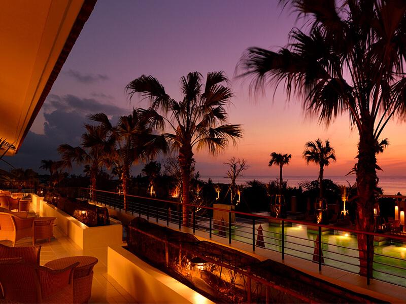 海辺のレストランからは海に沈む<br />美しい夕陽を眺められる