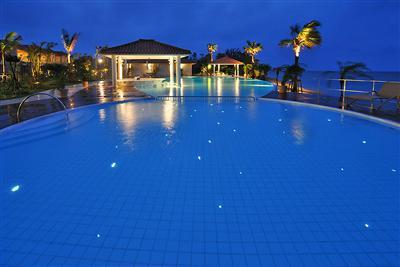夜のプールはロマンティックなムードが漂う