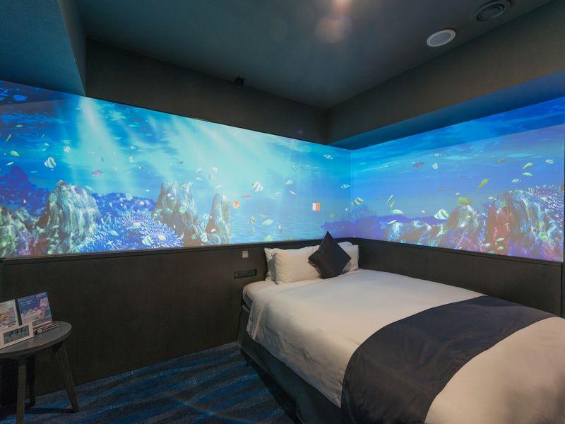 壁2面に海の様子を投影した「美ら海ルーム」は1日1室限定