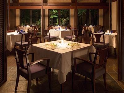 ラグーンエリアに佇む一軒家レストランでロマンチックな食事を