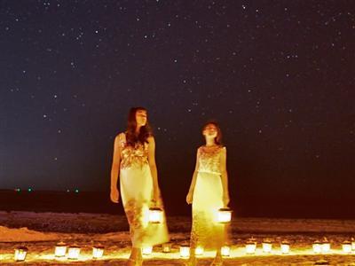 ランタンが灯る幻想的なビーチで月明かりと星空を心ゆくまで満喫