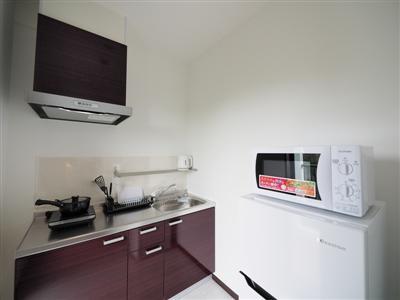 ミニキッチンは冷蔵庫と電子レンジも完備
