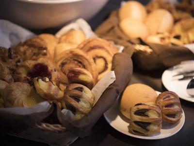 1日の始まりは無料で楽しめる焼き立てパンなどの朝食を