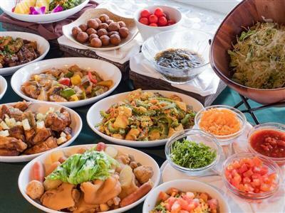 オリジナルタコライスやゴーヤーチャンプルーなど、沖縄らしい料理を味わえ