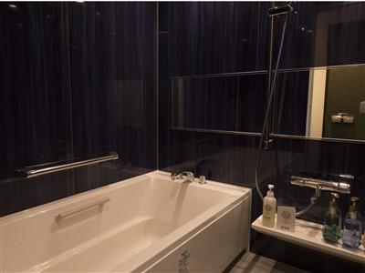 洗い場付きの広いバスルームは足をのばしてくつろげる