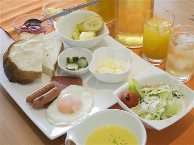 島の恵みを取り入れた朝食は、明るい光に包まれたカフェテリアで