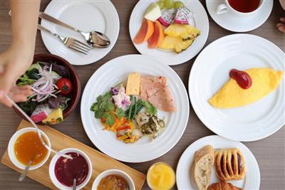 大きな窓から光が降り注ぐレストランで、素材にこだわった朝食を