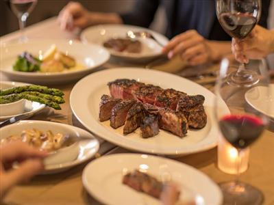 特別なディナータイムには、熟成肉を使った柔らかいステーキを