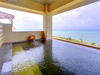 近くの温泉施設が無料! 青い海を眺めながらくつろぎの時間を