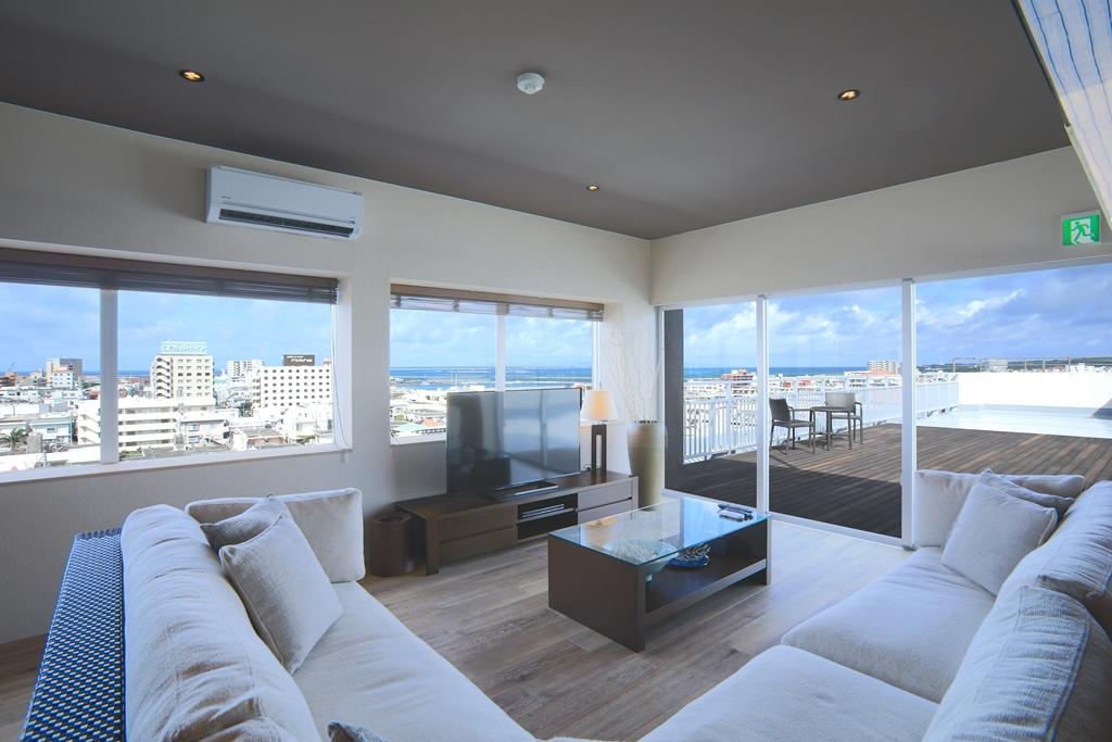 高層階にあり、部屋からは海と街を眺められる