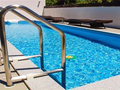 長さ約7.8メートル、水深1.2メートルのプールがあるテラス