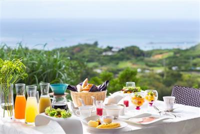 自由に選べる朝食は、思い思いの場所で味わって