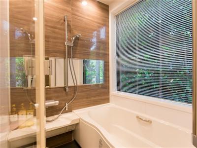 フクギ林が窓の外に広がるバスルーム
