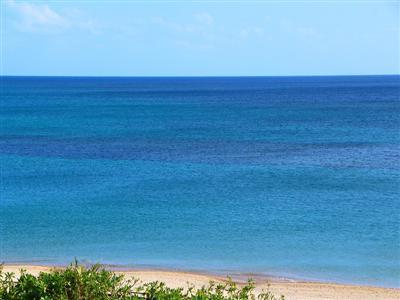 白い砂浜がきれいなビーチまで歩いてすぐ
