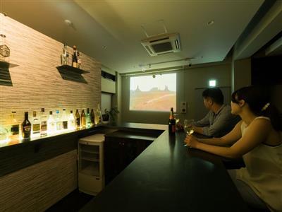 プライベートバーで、お酒片手に大画面で映画三昧。