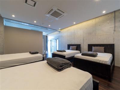 1階の寝室は大人数でも一緒に泊まれるセミダブル4台設置