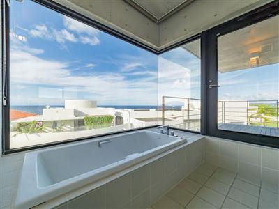 海を望むビューバスタイプのバスルームで優雅なひと時を。