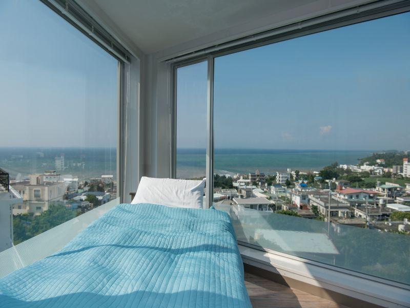 高台から海を見渡せるオーシャンビューコンドミニアム