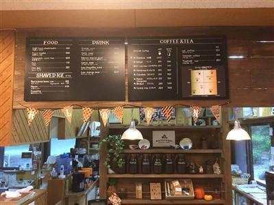 自家製コーヒーと自家製カレーなどフードメニューも揃ったカフェでひといき