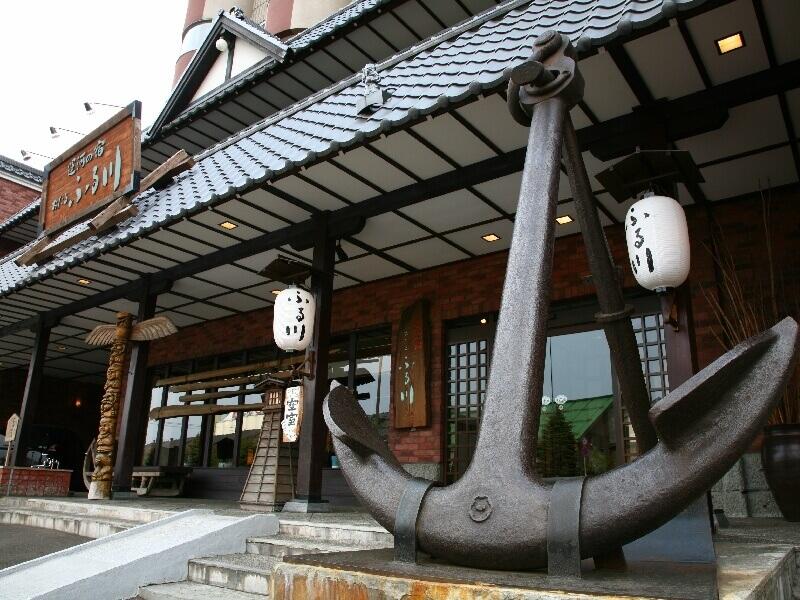 小樽観光の拠点に。宿の前には足湯スペースがありくつろげる