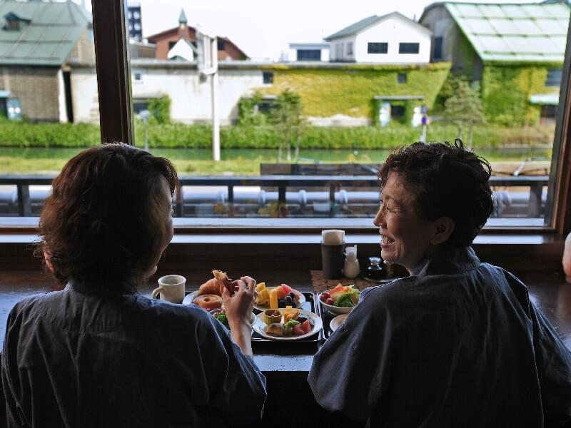 朝食会場には運河を眺めながら食べられる席も