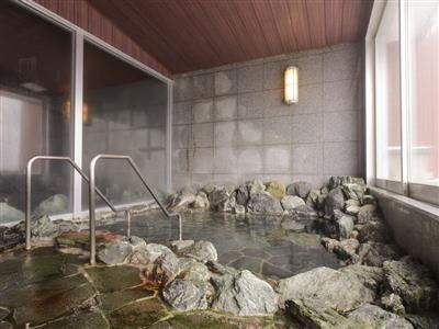 岩風呂と檜風呂、2つある大浴場は男女入れ替えで