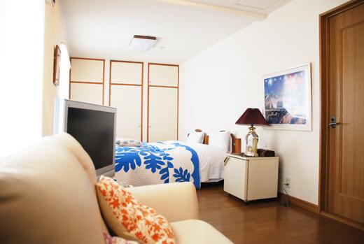 リゾート気分を味わえるお部屋の雰囲気に包まれながら滞在を楽しめる