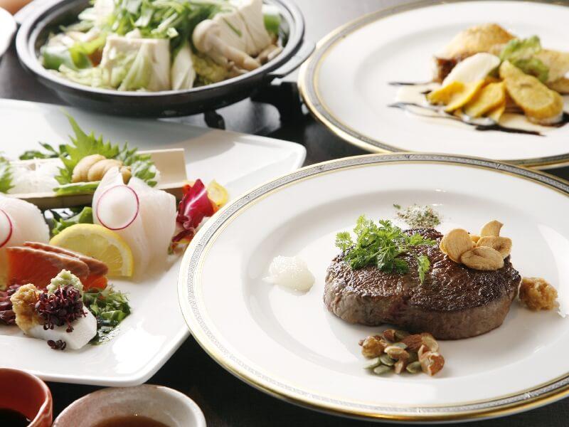 夕食ハーフビュッフェのメインはお造り盛合わせや陶板料理を含めて3品