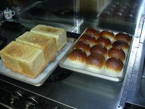 朝食では手作りの自家製パンが楽しめます