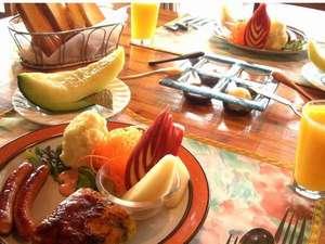 フルーツとサラダがいっぱいで うれしい朝食